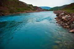Der Fluss in den Bergen lizenzfreie stockfotos