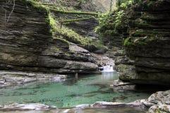 Der Fluss in den Bergen von Kaukasus Stockbild