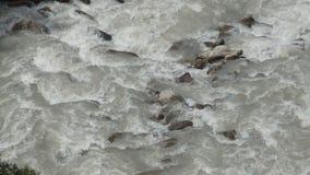 Der Fluss in der Gebirgsdraufsicht stock footage