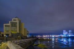 Der Fluss in der Nachtstadt Stockfotografie