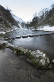 Der Fluss, der Schnee durchfließt, umfasste Winterlandschaft im Wald VA Lizenzfreies Stockbild