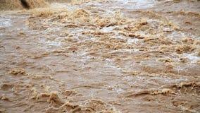 Der Fluss des Schmutzwassers nach der Flut stock footage