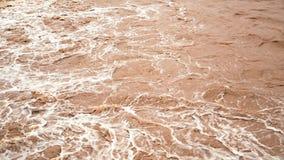Der Fluss des Schmutzwassers nach der Flut stock video footage