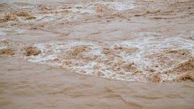 Der Fluss des Schmutzwassers nach der Flut stock video