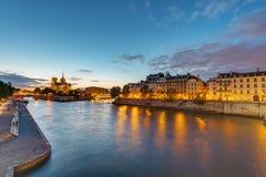 Der Fluss die Seine in Paris an der Dämmerung Stockfotografie