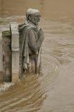 Der Fluss die Seine in Paris ist an seinem höchsten Stand für mehr als 30 Jahre Zouave-Statue lizenzfreies stockfoto