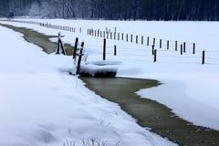 Der Fluss eingefroren lizenzfreie stockbilder