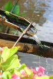 Der Fluss fließt Bambus durch, um sich ruhig und entspannt zu fühlen stockfotografie