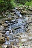 Der Fluss fließt von oben bis unten lizenzfreie stockfotos