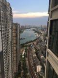 Der Fluss Han zwischen Gebäuden Wuhan China Stockfotos