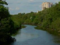 Der Fluss im Sommer mit grünen Ufern Lizenzfreie Stockfotografie