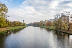 Der Fluss im Stadtzentrum mit einer Ansicht Stockfotos