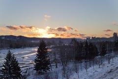 Der Fluss im Winter bei Sonnenuntergang in Russland Lizenzfreies Stockfoto