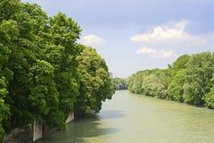 Der Fluss Isar in München im Bayern Lizenzfreie Stockfotos