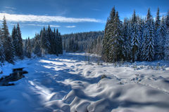 Der Fluss Jizera im Winter lizenzfreie stockfotografie
