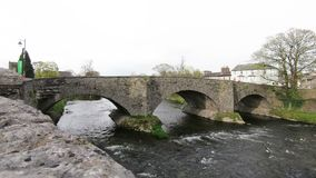 Der Fluss Kent in Kendal, Cumbria, England stock video footage