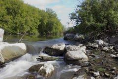 Der Fluss lässt vorbei die Felsen laufen Lizenzfreie Stockbilder