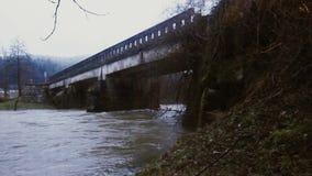 Der Fluss läuft unter die Brücke stock footage