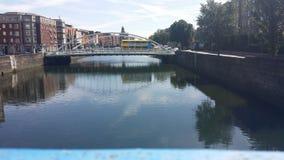 Der Fluss Liffey, das seine Schönheit unterrichtet stockfotos