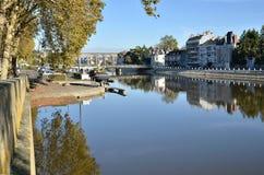 Der Fluss Mayenne bei Laval in Frankreich Lizenzfreies Stockfoto
