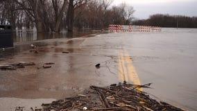 Der Fluss Mississipi überschwemmt die Banken, die schließende Straßen des Empfangs durchbrechen stock video