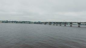 Der Fluss mit auf der einer Brücke Auto-Antrieb stock video footage