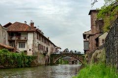 Der Fluss Nive im Heilig-Jean-Gescheckt-De-Hafen, Frankreich lizenzfreie stockfotografie