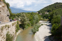 Der Fluss Ouveze an der Vaison-La-Sommerendivie in Provence Lizenzfreie Stockbilder