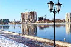 Der Fluss Straßenstadtmorgen-Sonnenbau der alten Brücke aus Deutschland zum Astrakhan-Eisschnee Stockbilder
