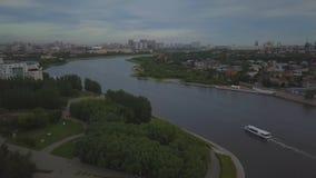 Der Fluss teilt die Stadt in zwei Banken, Astana unter stock video footage
