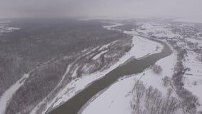 Der Fluss teilt eine Kleinstadt und einen Wald, die Wintersaison stock video footage