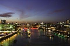 Der Fluss Themse von der Kontrollturm-Brücke Stockfotografie