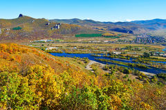 Der Fluss unter Berg Lizenzfreie Stockbilder