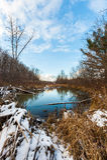 Der Fluss unter dem blauen Himmel lizenzfreies stockbild
