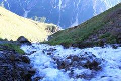 Der Fluss von den mädchenhaften Borten des Wasserfalls oder von der Carabasi-SU, in Kabardino-Balkarien Lizenzfreies Stockfoto