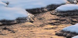 Der Fluss wird mit Eis bedeckt Lizenzfreie Stockbilder