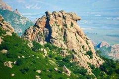 Der Flussstein auf dem Berg Stockfotos