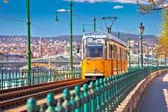 Der Flussufergegend Budapests Donau historische gelbe Straßenbahnansicht stockfoto