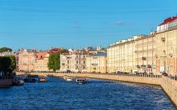 Der Fontanka-Fluss-Damm in St Petersburg Lizenzfreie Stockfotografie