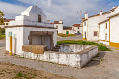 Der Fonte Branca White Fountain, ein Brunnen des 15. Jahrhunderts in Flor da Rosa Stockfotos