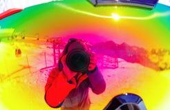 Der Fotograf und die Berge werden in den Skischutzbrillen reflektiert Lizenzfreie Stockfotos