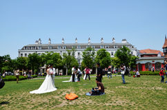 Der Fotograf und trug ein Hochzeitskleid das brid Stockbilder