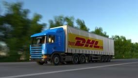Der Fracht LKW halb mit DHL-Eillogo, das entlang Waldweg, nahtlose Schleife fährt Redaktionelles Klipp 4K stock video