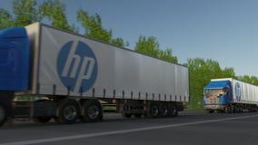Der Fracht LKWs halb mit HP Inc Logo, das entlang Waldweg fährt Redaktionelle Wiedergabe 3D Stockfotografie