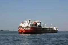 Der Frachter schwimmt über das Tsimlyansk-Reservoir zu lizenzfreies stockfoto
