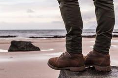 Der Frauen imprägniern Stiefel und dünne Hose stockbild