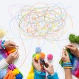 Der Frauen Knit und Häkelarbeit das farbige Gewebe Ansicht von oben Stockfotografie