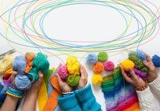 Der Frauen Knit und Häkelarbeit das farbige Gewebe Ansicht von oben Lizenzfreies Stockbild