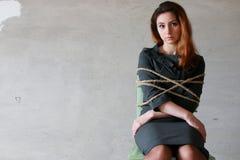 Der Frauengeschäftsmann, der auf Stuhl sitzt, verband Workaholickonzept Lizenzfreies Stockbild