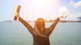Der Fraueningenieur, der mit Behälter Fracht-Frachtschiff in der Werft arbeitet Lizenzfreie Stockbilder